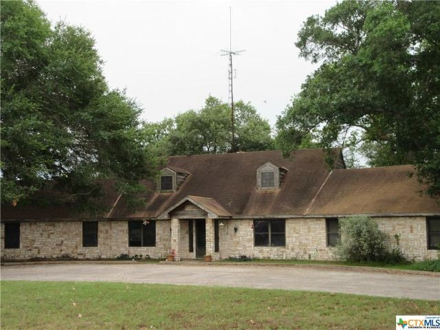 POOL! 3 Beds, 3 Bath @ 435 Salt Lake Rd Luling, TX on 12.4+/- acres.
